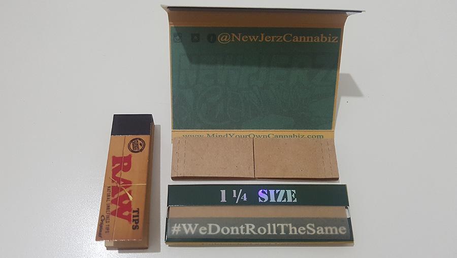 פנקס פילטרים של Raw לצד חבילת ניירות גלגול עם פילטרים מקווקווים